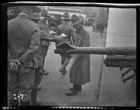 New York City: [soldiers examine a captured German artillery piece with a ruptured barrel, placed on Park Avenue north of Grand Central Terminal], undated [ca. 1918].