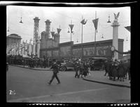 New York City: [crowds along Park Avenue north of Grand Central Terminal for the exhibition of captured German artillery], undated [ca. 1918].