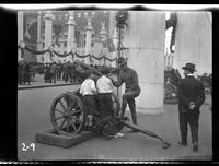 New York City: [soldier showing a captured German artillery piece placed on Park Avenue north of Grand Central Terminal to two little boys], undated [ca. 1918].