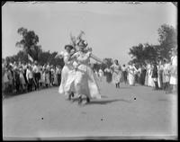 Girls' egg race, Orchard Beach, Bronx, N.Y., 1909.